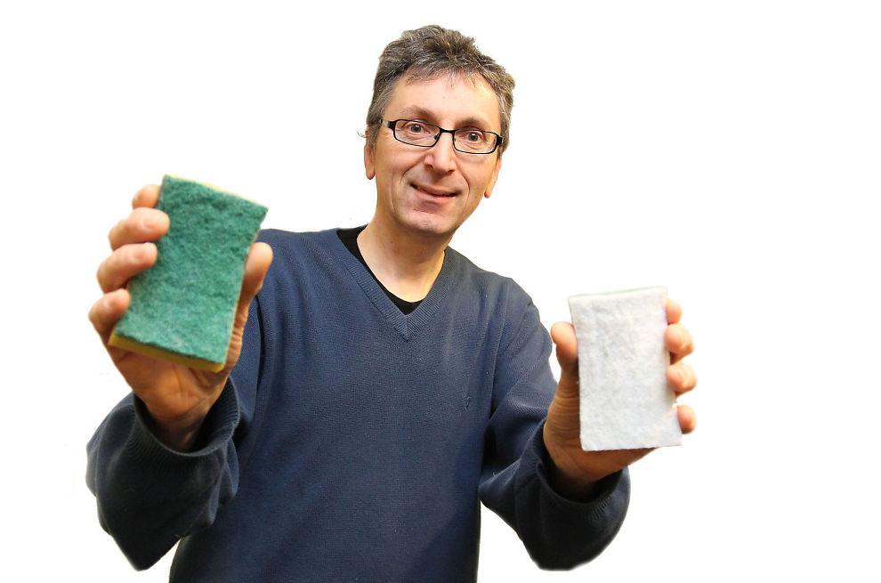 Ta den riktige! – Svamp med grønn skurepad er som fint sandpapir og burde aldri vært i noe hjem. Den ødelegger enorme verdier i Norge fordi den finnes i alle hjem, forteller Torgrim Aartun