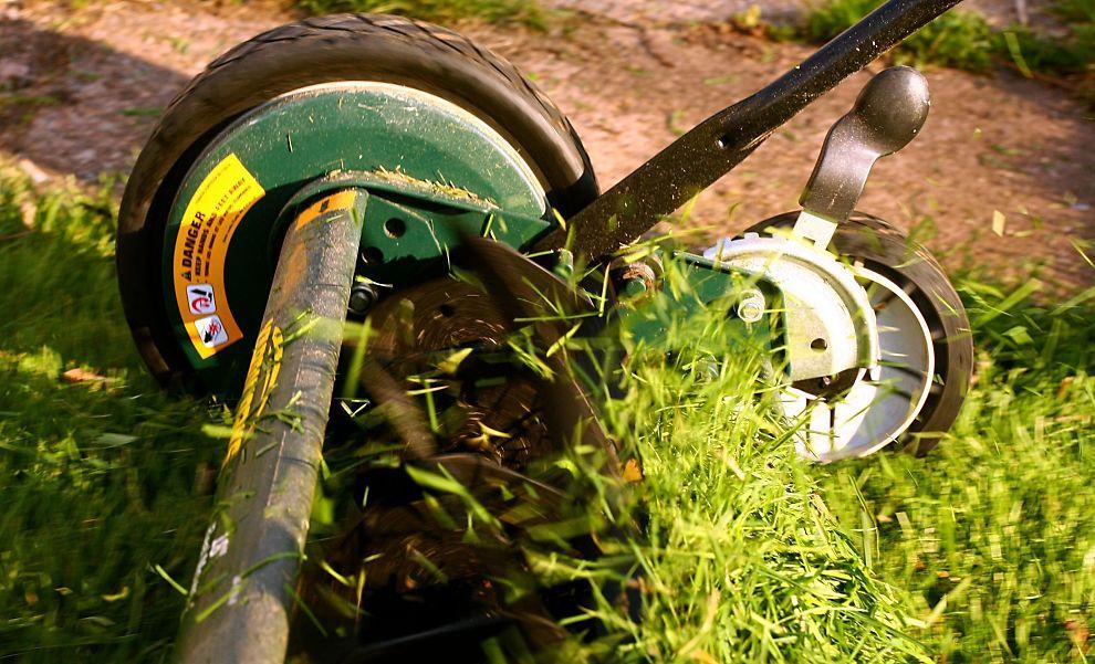 Dropp gressklipping:Det kan være fristende for utleiere å avtale gressklipping som en del av leien. Dine Penger anbefaler at du ikke gjør det.