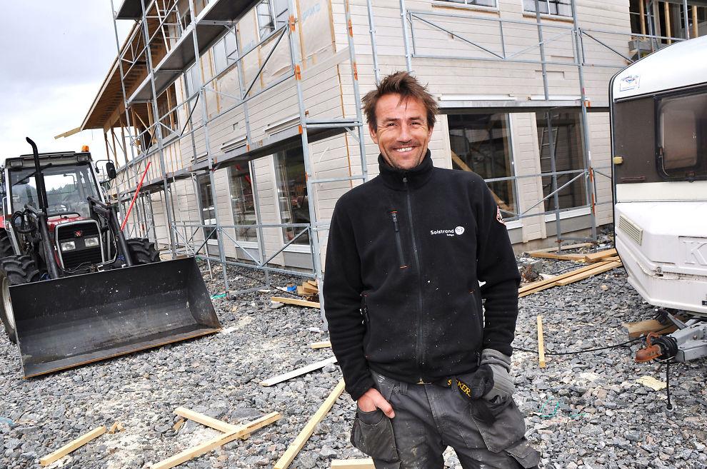 Mer trygghet med AS: Tømrer Atle Hoem fra Batnfjordøra i Møre og Romsdal har skiftet selskapsform fra ENK til AS: – Det gir meg helt klart større sikkerhet, både økonomisk og ved eventuell sykdom eller andre uforutsette ting, sier Hoem.