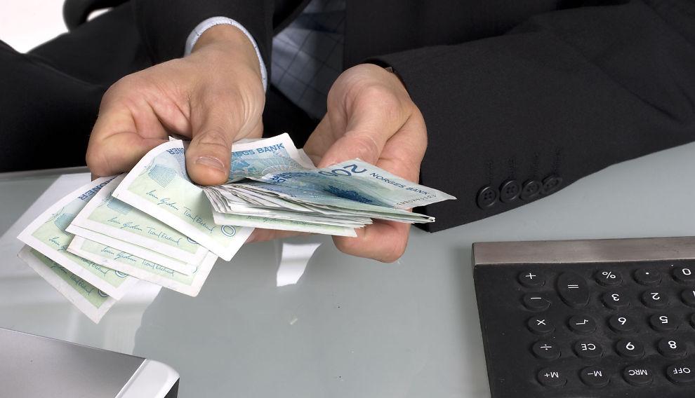Trekk fra! Skattesatsen på alminnelig inntekt er i Norge 27 prosent. Det betyr at for hver 1.000-lapp du kan trekke fra i beregningen av inntekten som teller, reduseres skatten din med 270 kroner.