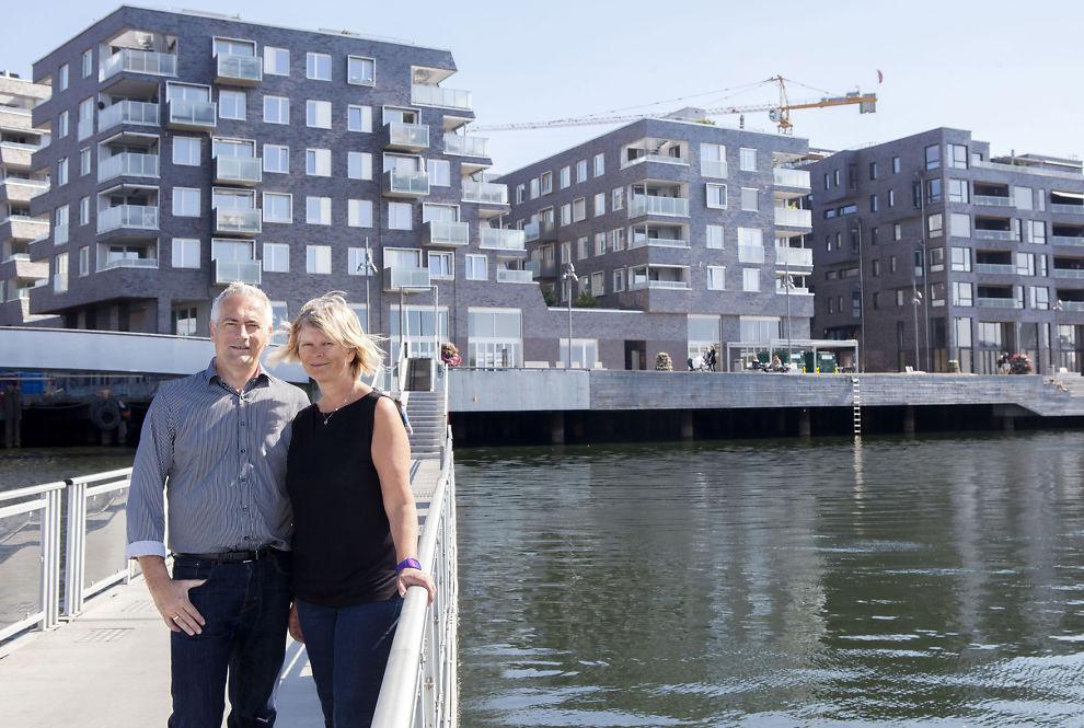 BADEMULIGHETER MIDT I BYEN: Marit Krosshavn Ekeberg og ektemannen Lasse Ekeberg liker å bade fra brygga ved boligen på Sørengkaia i Oslo når været tillater det.