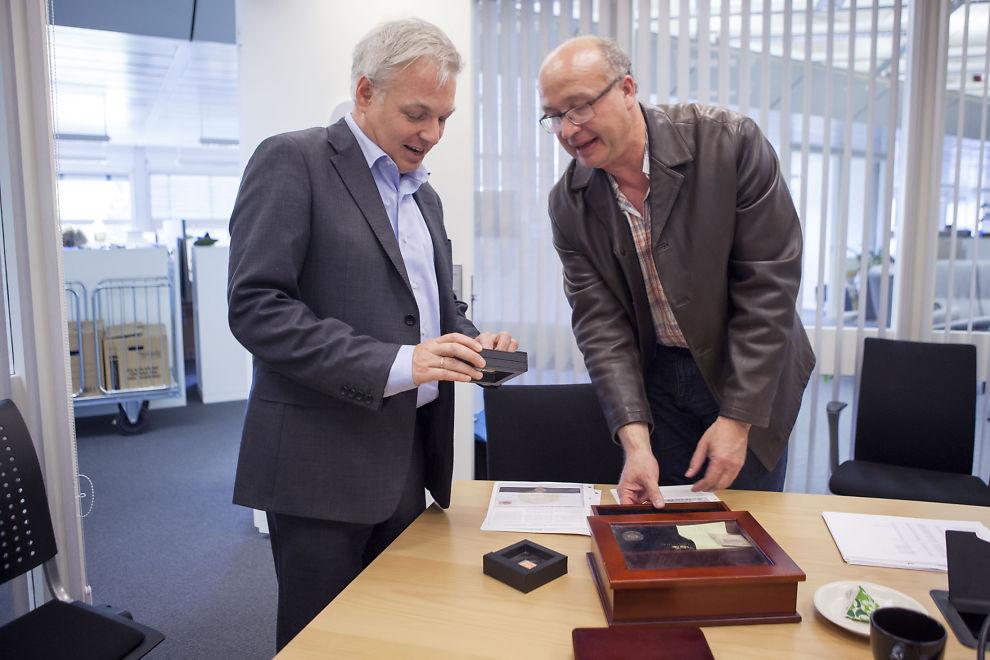 STOR SAMLING: Ole Bjørn Fausa (t.v.) og Elling Disen ser på deler av samlingen som ble tilbakekjøpt. Sønnene anslår at Mads Kristian Disen brukte 1/3 av sin formue på «samleobjekter» fra Samlerhuset.