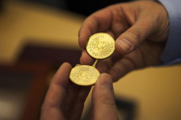 GULL VERDT: Tron og Elling Disen mener bestemt at deres far ikke ville kjøpt så mye gjennom Samlerhuset, om han hadde visst hvor lite verdt myntene var.