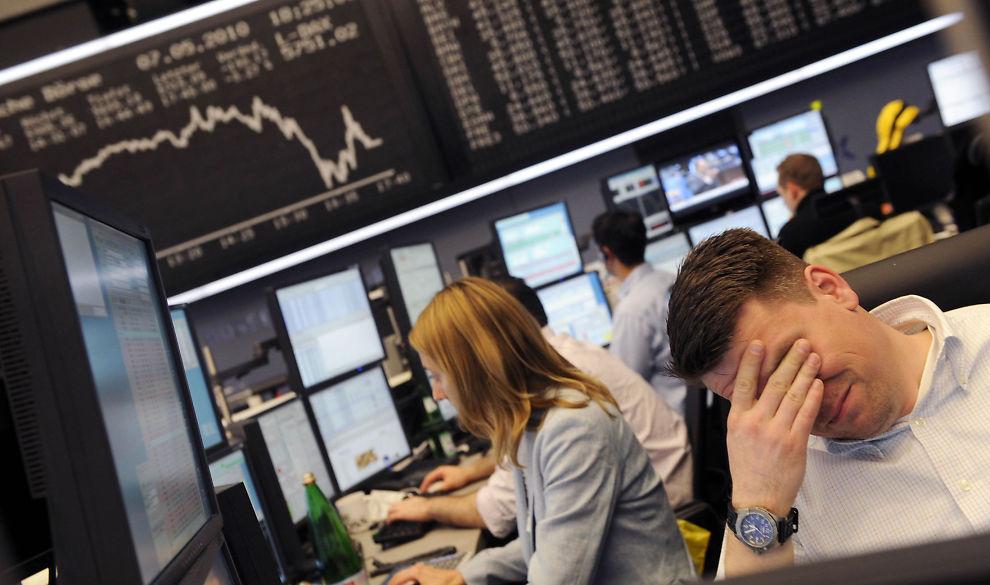 JO MER DE HANDLER... Jo mer taper de, ifølge førsteamanuensis Trond M. Døskeland ved Norges Handelshøyskole i Bergen. Forskningen slår fast at individuelle investorer i gjennomsnitt taper penger. Illustrasjonsfoto fra børsen i Frankfurt.