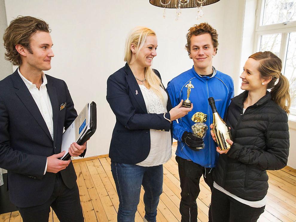 OVERTAKELSEN: – Denne skal dere ha, sier Monica Arthurson til kjøperne Karina og Johan. Hun overleverer sjokolade, vin og Oscar-statuetten som hun laget til dem som ville kjøpe boligen. Til venstre er Alexander Krossen fra Home Eiendomsmegler.