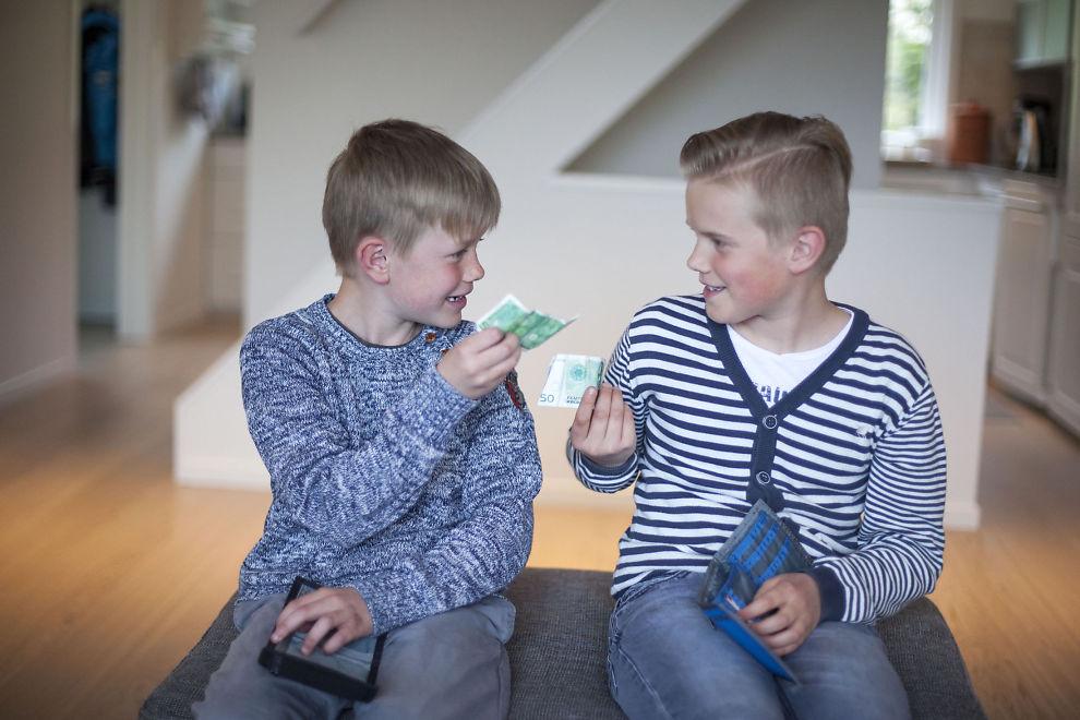 FÅR LOMMEPENGER: Filip (9) og Ferdinand (11) får 50 kroner i uken. Pengene går til småting foreldrene ikke ser at de trenger, men som de likevel har lyst på.