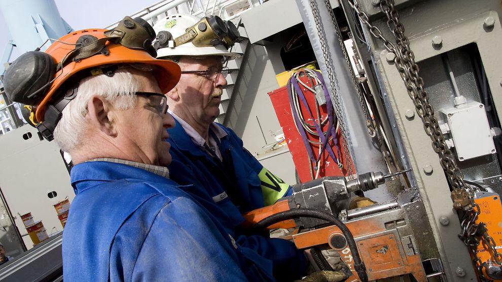 VERDIFULLE: To eldre arbeidstakere i aksjon ved Ulstein verft på Sunnmøre.