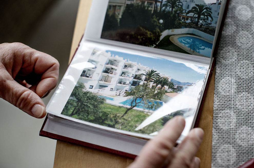 MINNER: Fotoalbumene fra vintrene i Nerja på solkysten i Spania er blant de få tingene som står fremme i Anne-Livs bokhylle. Hun begynner å bli godt kjent, etter å ha tilbrakt nesten hver vinter siden 2002 i den samme byen. Her viser hun frem et leilighetskompleks hvor hun har bodd på flere av turene.