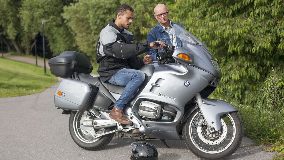 INNFØRING: Tore Høiland (til høyre) leier ut motorsykkelen sin til Isak Solomon. Her gir han en innføring i hvordan sykkelen fungerer.