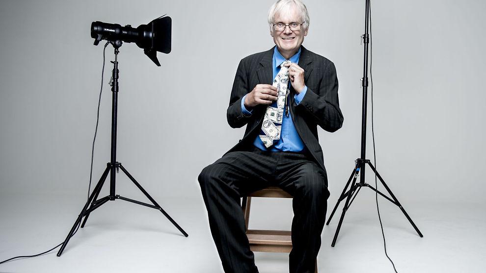 DRESSEN TIL JENS: 53 år gammel sa Kristian Tjong opp en trygg og fast jobb som resepsjons- og sentralbordmedarbeider i Forbrukerrådet – for å leve pensjonistlivet. Armani-dressen som har tilhørt Jens Stoltenberg fant han på loppemarked.