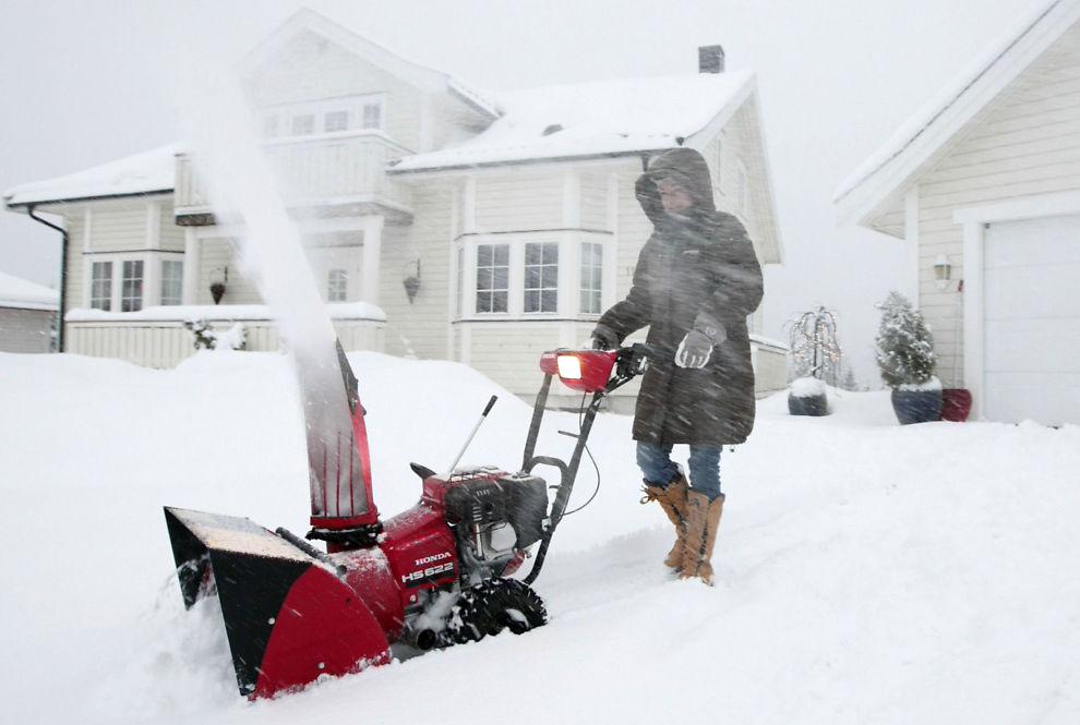 MYE SNØ: Årets første snøfall kan være rett rundt svingen. Da gjelder det å ha redskapen i orden. Arkivbilde.
