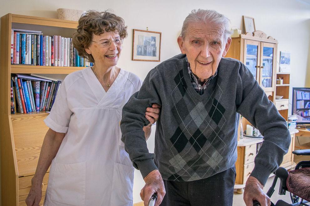 DYR JOBBING: Marie Roen Harstad valgte å jobbe som sykepleier til hun var 72, samtidig som hun tok ut pensjon fra folketrygden. Det ble en dyr erfaring. Her sammen med beboer Nils Løvold (94).
