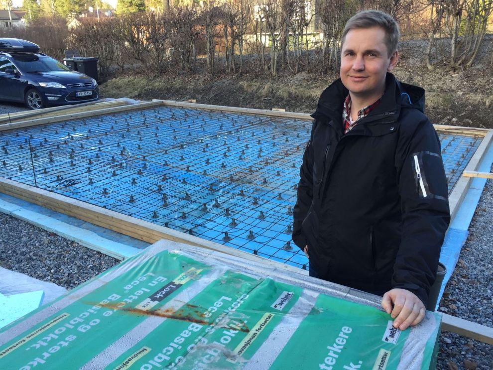 UNDER ARBEID: Christian Carslen er slett ikke alene om å ha startet oppussingsobjekter som står på stedet hvil. Han håper han omsider får tid til å ferdigstille familiens nye garasje.