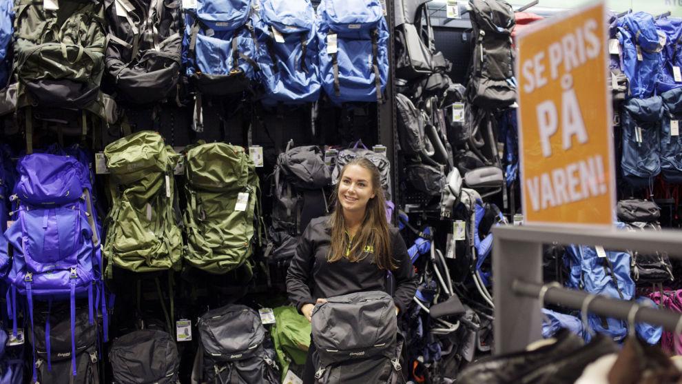 MYE Å VELGE I: Produktkoordinator Markedsføring for villmark Lise Dybvig hos XXL viser frem ryggsekker beregnet for lengre turer og tung oppakning.