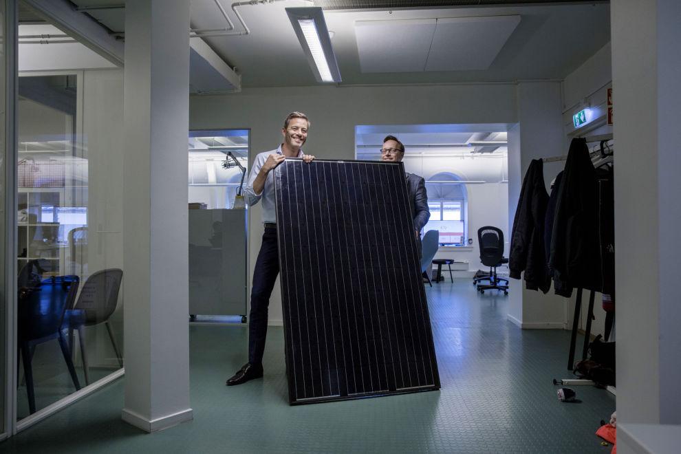 KINESISK KVALITET: Andreas Thorsheim (t.v.) og Andreas Bentzen viser frem et solcellepanel som de har stående på kontoret. Otovo bestiller hovedsakelig slike paneler fra Kina, men av og til også fra steder i Asia og Europa.