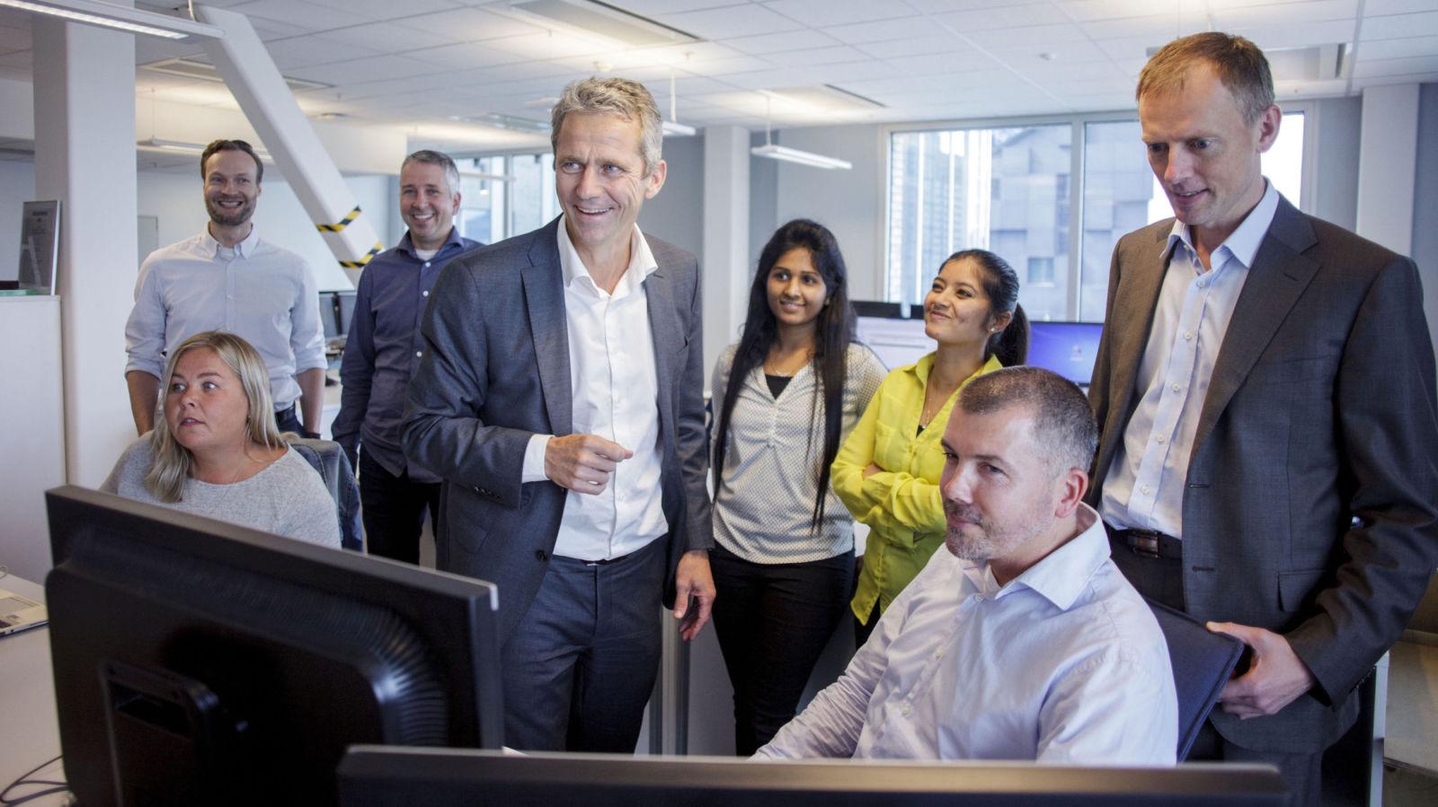 KLAR FOR ROTTERACE: I 12. etasje i Bjørvika har DNB samlet en egen taskforce som jobber med utviklingen av aksjesparekonto. Sjefen for DNB Wealth Management, Bengt Olav Lund, (stående i midten) sier det nå blir et rotterace for å både beholde gamle kunder og vinne nye.