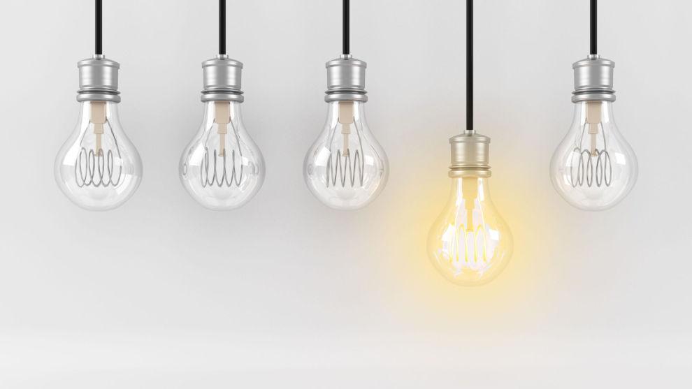 SE LYSET: Om vinteren blir ofte strømregningene langt større enn på sommeren. Men med noen smarte grep, kan du spare flere tusen kroner.