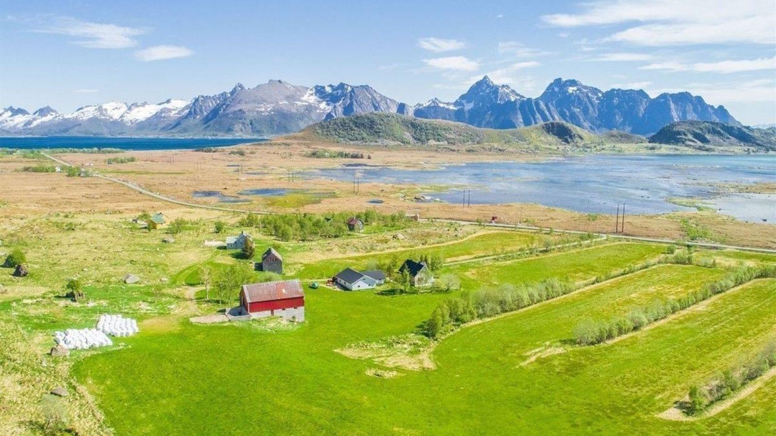 STORSLÅTT NATUR: Det passer ikke for hvem som helst å bosette seg på småbruk i Lofoten, men den som tar skrittet, får i alle fall en utsikt få har maken til.
