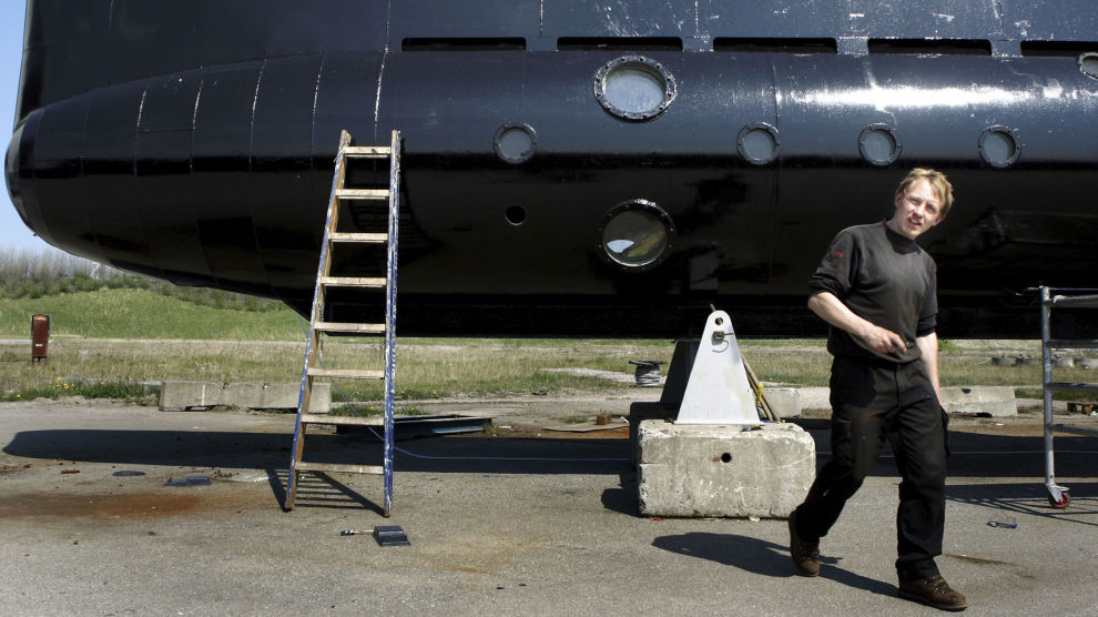 Peter Madsen fotografert foran sin hjemmebygde ubåt.