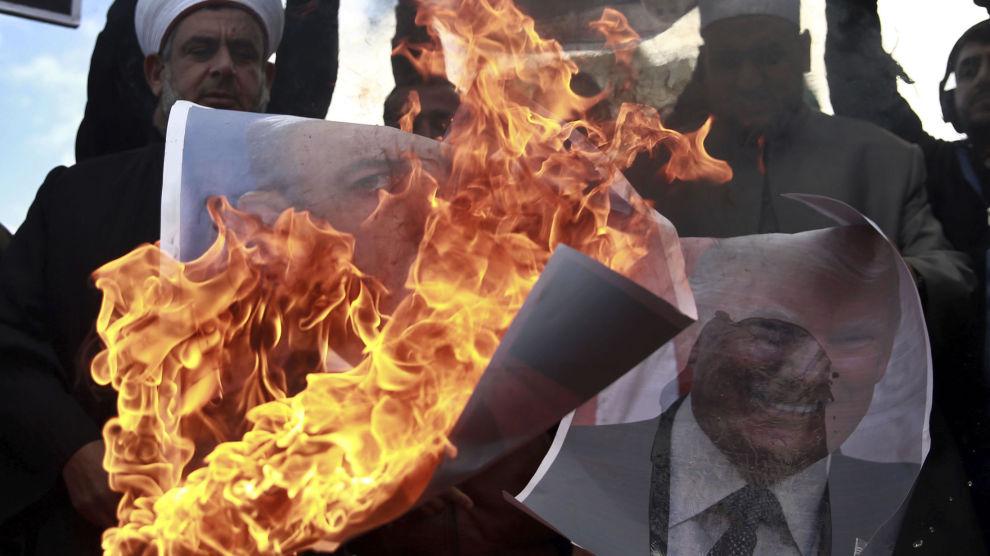 Palestinere brenner bilder av Trump og Netanyahu i Gaza by torsdag.