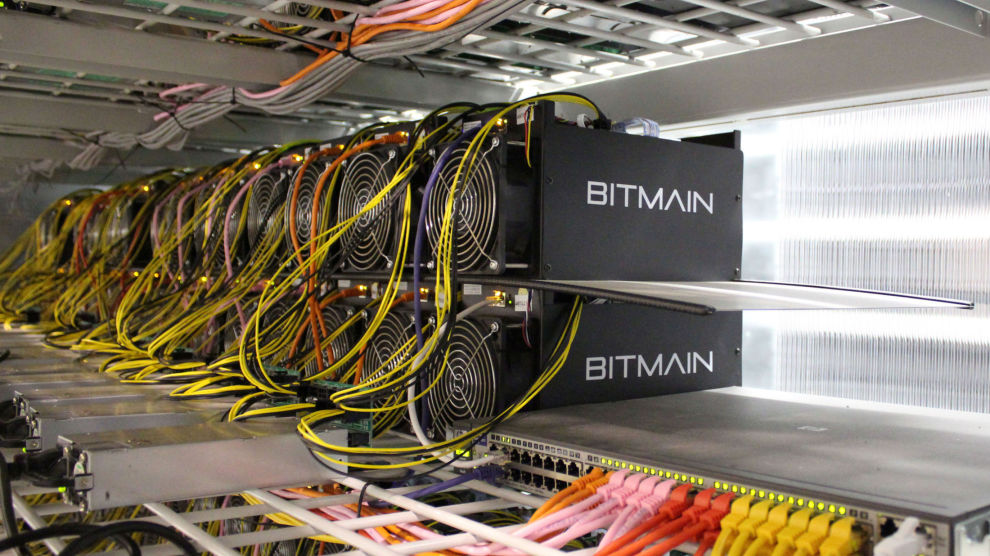 MODERNE GRUVEDRIFT: Selv om driver med utvinning av bitcoin – mining på engelsk – er det lite som minner om tradisjonell gruvedrift. Her fra en bitcoin-fabrikk på Island.