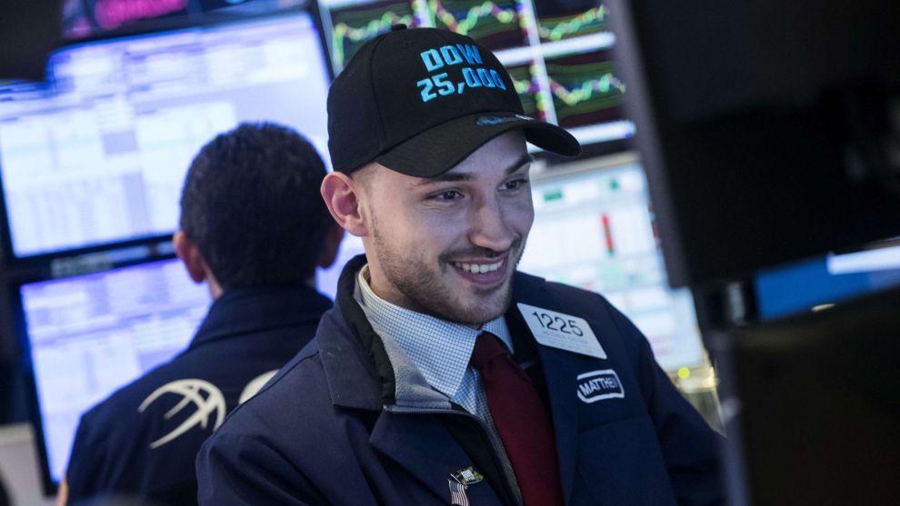 NYE REKORDHØYDER: 4. januar passerte Dow Jones-indeksen 25.000 poeng for første gang i historien. Begivenhetene ble blant annet preget med egne capser til meglerne på gulvet på børsen i New York.