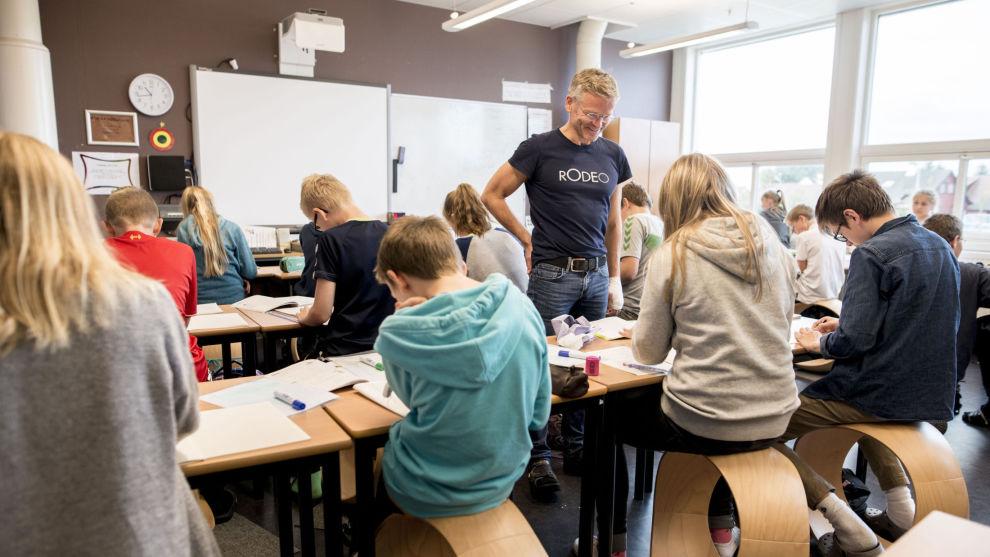 VIKTIG HJELP: Uten offentlig støtte hadde aldri Frode Skretting klart å produsere og selge disse runde stolene, som skal hjelpe barn og voksne med å forebygge muskel- og skjelettplager.