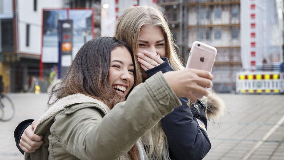 OPPSLUKT: Er du en av dem som har problemer med å legge fra deg telefonen? Løsningen kan finnes i telefonen din!