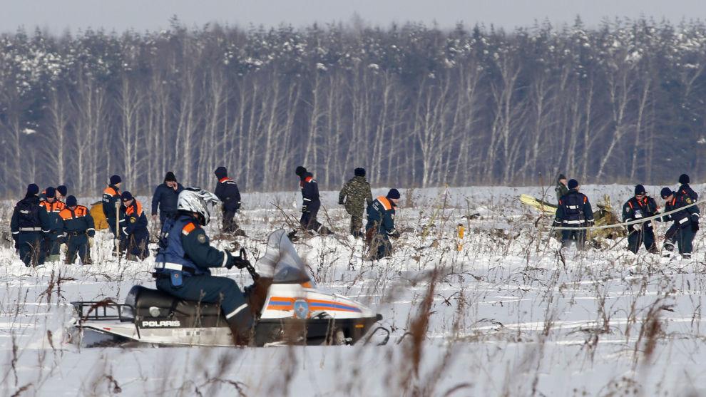 Letemannskap var mandag i gang med å søke gjennom et stort område for å finne omkomne og flydeler. Mye snø gjør arbeidet vanskelig.