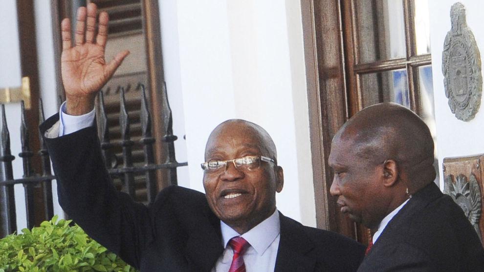 President Jacob Zuma (t.v.) er under press for å ta farvel med sitt presidentembete.