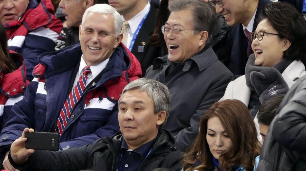 Visepresident Mike Pence forteller at USA har endret mening om samtaler med Nord-Korea etter møter med Sør-Koreas president Moon-Jae-in. Her er de under kvinnenes kortbaneskøyteløp i ishallen Gangneung lørdag.