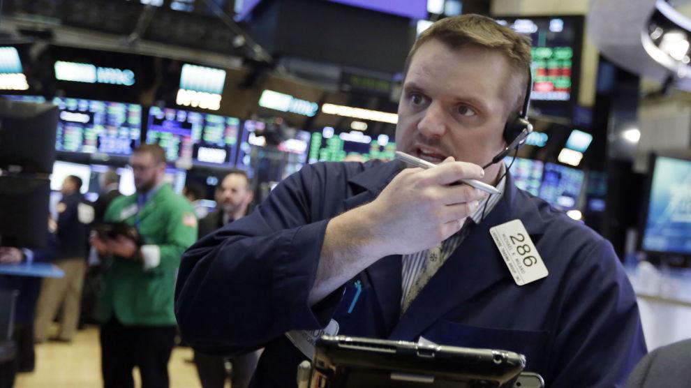 Også i USA var det ventet børsfall etter framleggelsen av de nye amerikanske inflasjonstallene. Bildet er av trader Michael Milano på New York-børsen i forrige uke.
