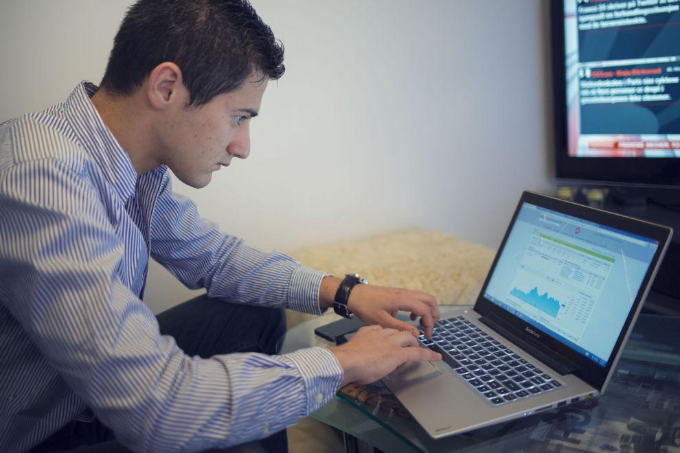 AKTIV: Da Dine Penger intervjuet Adin Kavara i 2015 hadde han så vidt begynt med aksjehandel. Tre år senere har 23-åringen blitt langt mer aktiv i aksjemarkedet og oppdaterer seg og sjekker nyheter daglig. – Jeg bruker Nordnet som nettmegler. Det har jeg gjort siden start og er svært fornøyd. For amatørinvestorer som meg fungerer Nordnet veldig bra, sier Kavara.