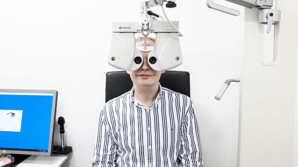SJEKKER JEVNLIG: Henning Nilsson har gått til samme optiker helt siden han startet med linser for 22 år siden. – Jeg er veldig fornøyd med ham, og jeg betaler gjerne litt ekstra for den tryggheten, sier Nilsson.