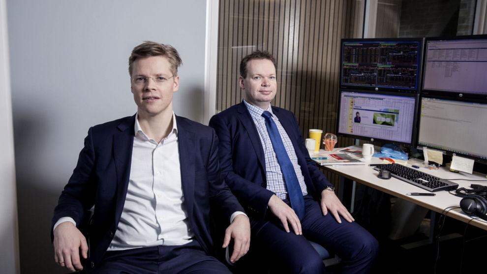 JOBBER I TOSPANN: Christian Rom (t.v.) og Jon Sigurdsen er porteføljeforvaltere for globale aksjer innenfor fornybar energi. – Det er et felt som både er spennende og i stor utvikling, sier forvalterne.
