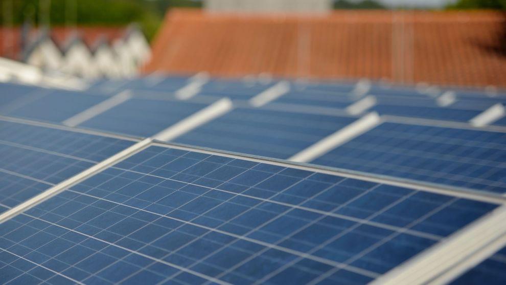 STOR VARIASJON: Det tilbys ulike solcelleanlegg med forskjellig tilnærming. – Noen går for en strømlinjeformet og rask modell, andre vektlegger design tilpasset arkitekturen i større grad. Det gir seg utslag i pris. Man finner Skoda, Seat og Mercedes i solcellebransjen også, sier Bjørn Thorud i Multiconsult.