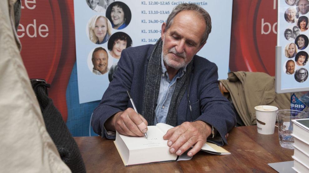Forfatteren Jon Michelet er død, 73 år gammel. Her signerer han bøker under Oslo bokfestivalen i 2014.