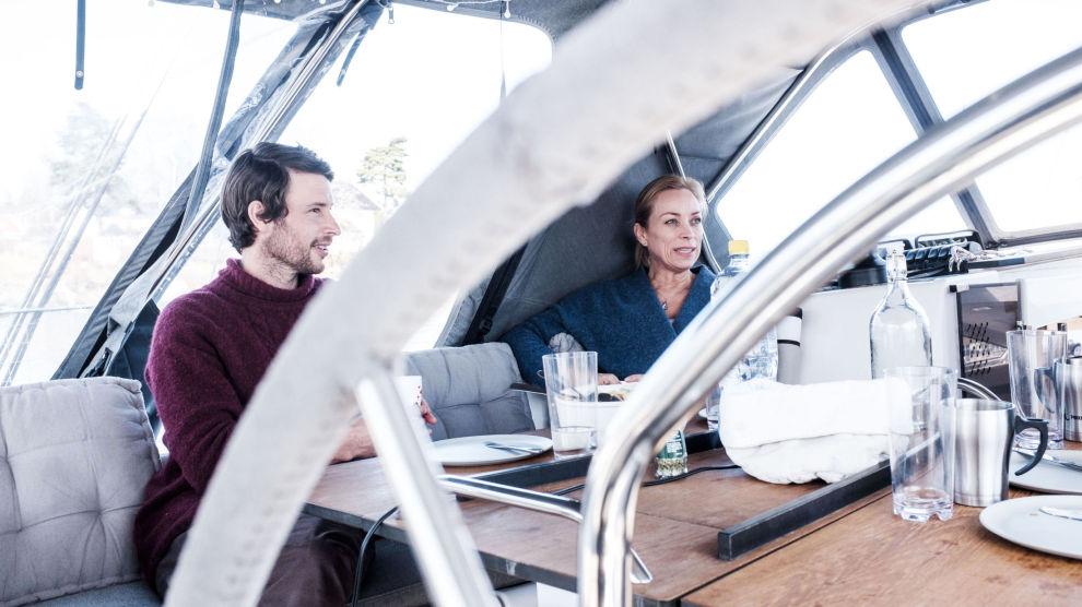 PÅ GYNGENDE GRUNN: Øystein og Annette Fagerli flyttet i båt sist sommer. – Det har vært en overgang, men vi trives veldig godt, sier ekteparet.