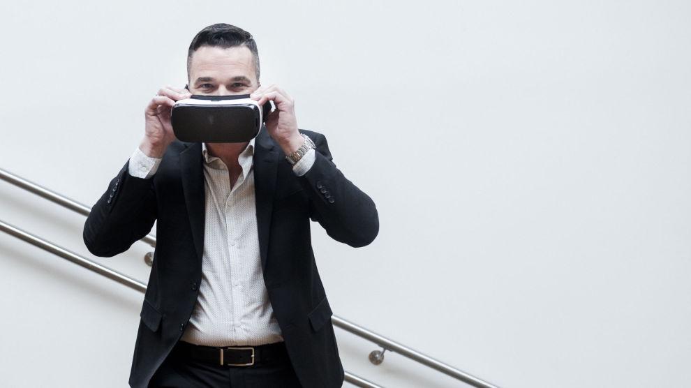 KUNSTIG VIRKELIGHET: VR-brillene fremstiller en kunstig virkelighet, men gir høyst reelle penger i kassen til Andreas Poole og alle de som eier andeler i hans fond.