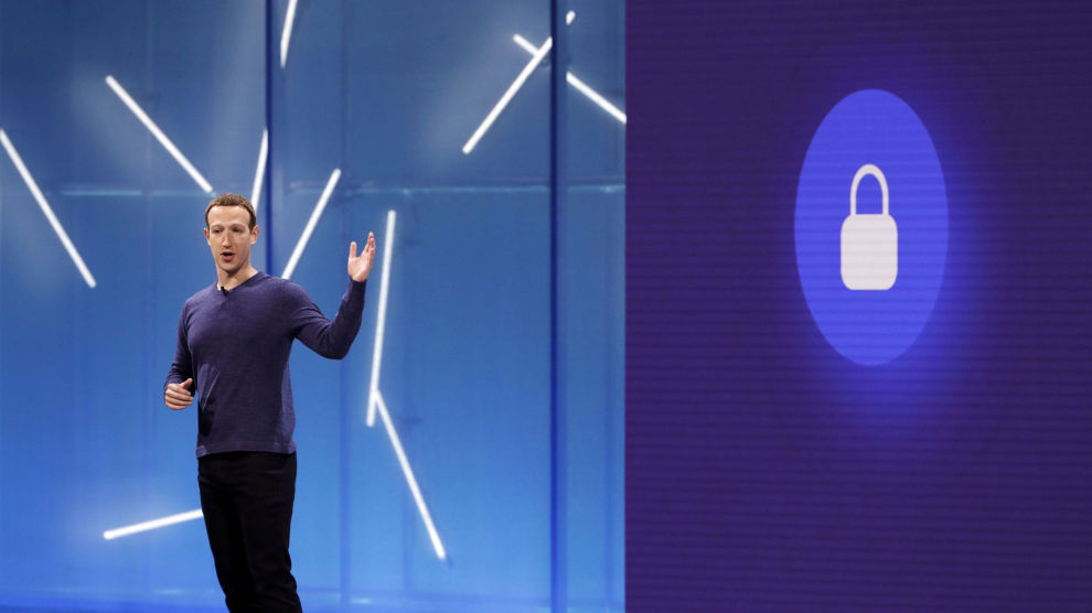 Facebook-sjef Mark Zuckerberg har takket ja til en invitasjon fra EU-parlamentet om å forklare hvordan informasjon om millioner av brukere kunne havne på avveie.