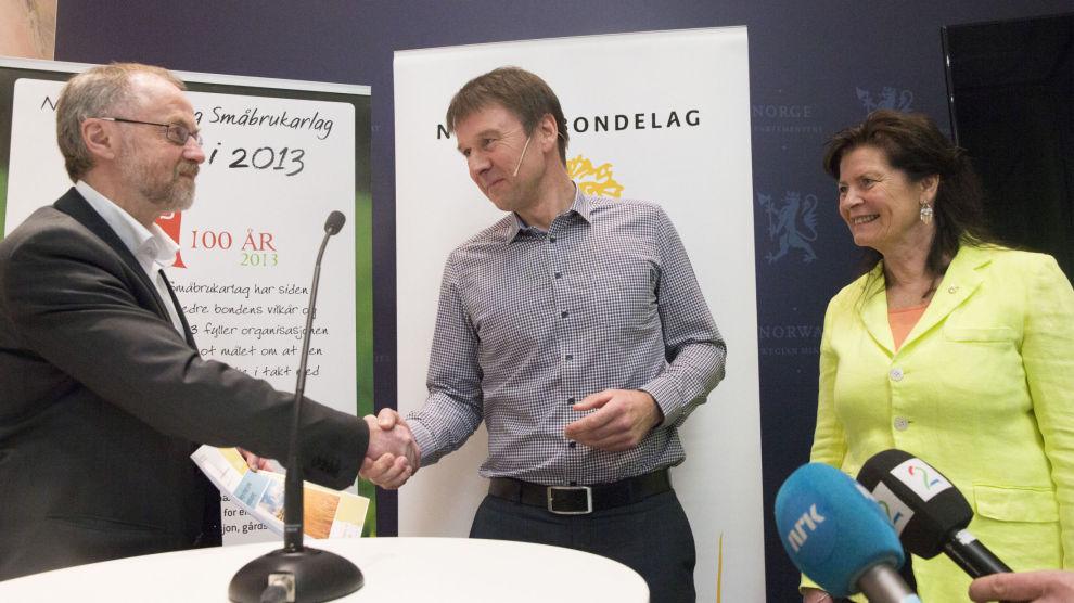 Partene i jordbruksforhandlingene er blitt enige. Her fra forhandlingsstart, der forhandlingsleder fra staten Leif Forsell (t.v.) mottar kravene fra leder i Norges Bondelag, Lars Petter Bartnes og leder i Norsk Bonde- og Småbrukarlag, Merete Furuberg.