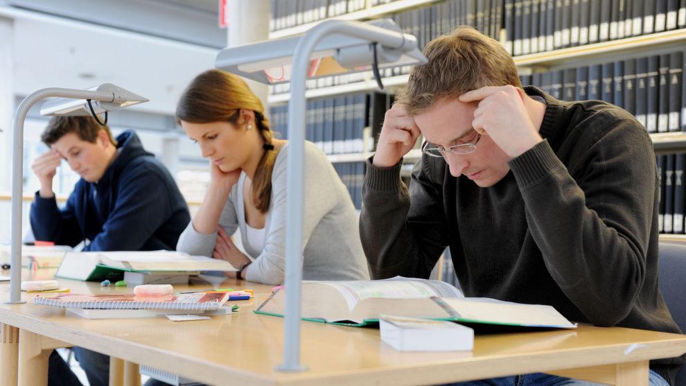 Mange studenter som sitter og pugge pensum i disse dager, kan ende med å ikke få avlagt eksamen dersom det blir streik i staten.
