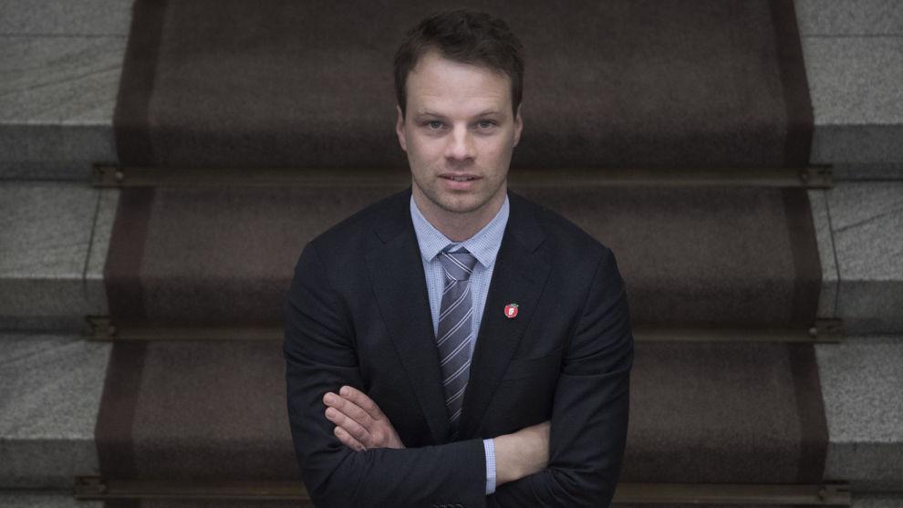 Frps Jon Engen-Helgheim tar sammen med eksstatsråd Sylvi Listhaug initiativ til strammere regler for statsborgerskap.