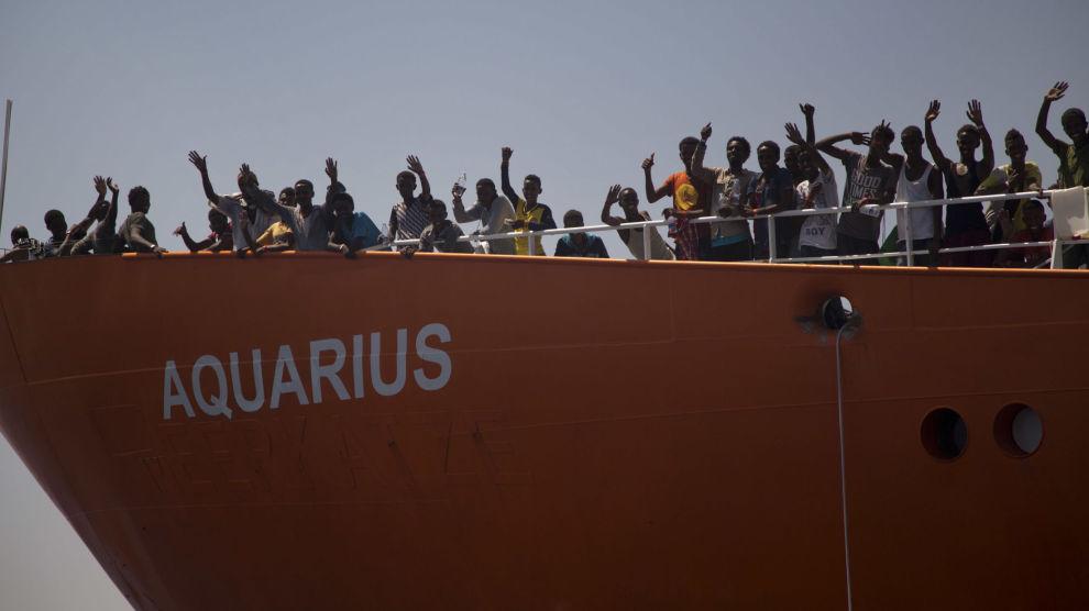629 flyktninger og migranter, som ble plukket opp fra skrøpelige farkoster utenfor kysten av Libya, er nå på vei til Valencia i Spania om bord i redningsfartøyet Aquarius og to skip fra den italienske marinen og kystvakten.