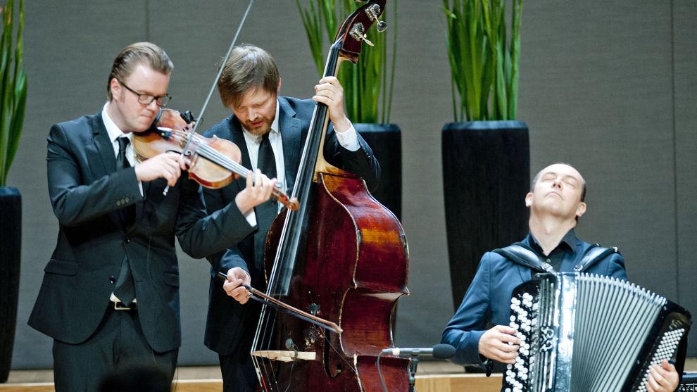 Ola Kvernberg (til venstre) fotografert under seremonien for Abelprisen i 2014 sammen med kollegene Ole Morten Vågan og Stian Carstensen spiller. Tirsdag vant Fræna-musikeren den høythengende Bendiksenprisen.