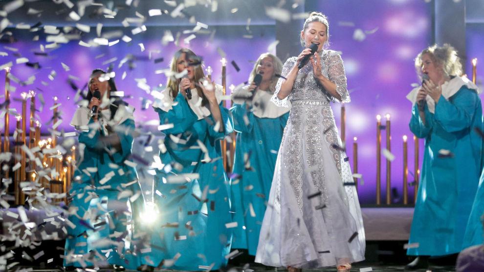 Programleder Pia Tjelta synger i starten av Amandaprisen 2017. Prisen går nå en usikker fremtid i møte etter at TV 2 besluttet å ikke inngå en TV-avtale med Amandakomiteen.