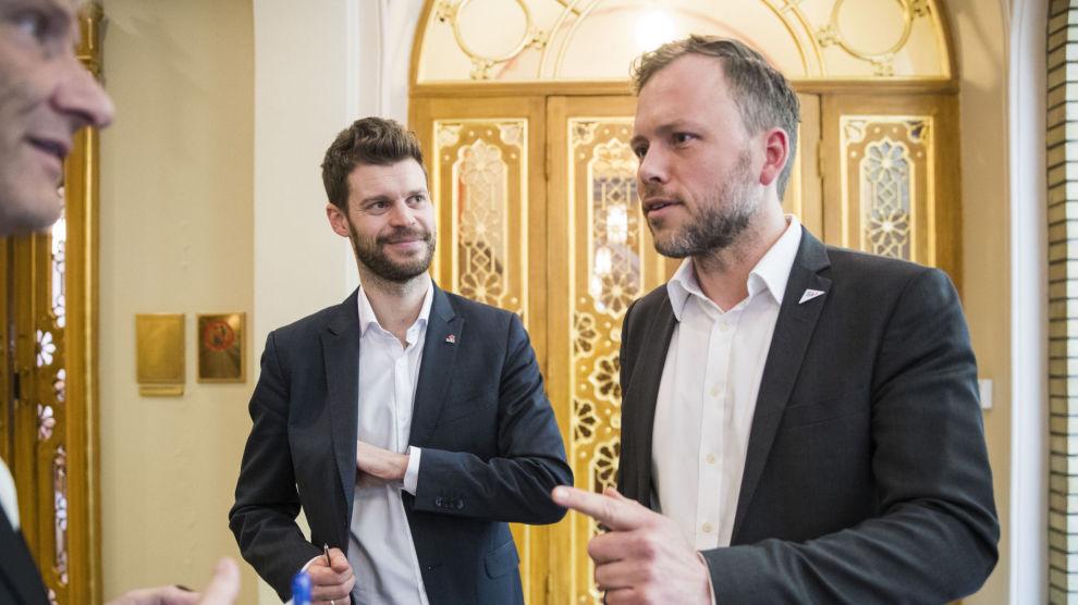 Leder i Rødt Bjørnar Moxnes (tv) og leder i Sosialistisk Venstreparti (SV) Audun Lysbakken ønsker mindre lønn på Stortinget.