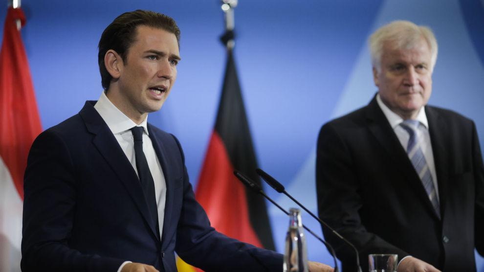 Østerrikes statsminister Sebastian Kurz (t.v.) og Tysklands innenriksminister Horst Seehofer møtte pressen onsdag etter å ha drøftet innvandring i Berlin.