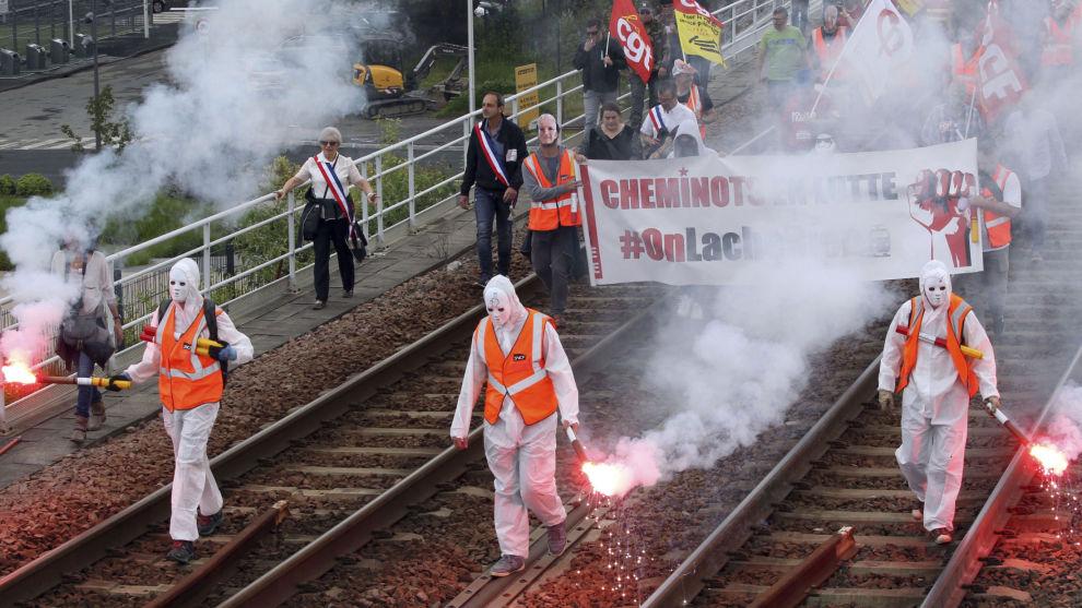 De mange streikene i det statlige jernbaneselskapet SNCF i Frankrike har ikke ført fram, og reformen de protesterer mot, ble onsdag vedtatt i nasjonalforsamlingen.