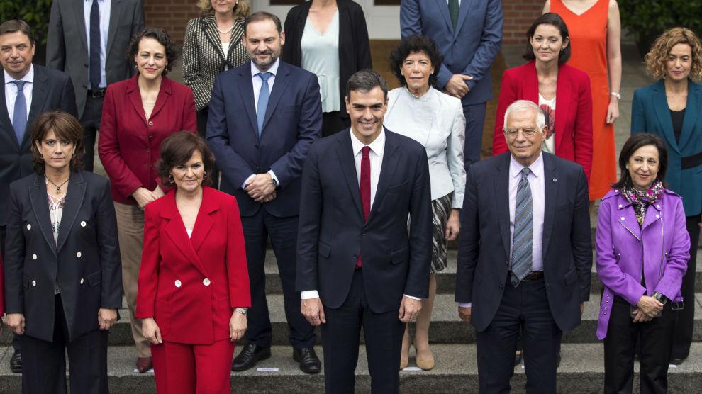 Spanias kultur- og sportsminister Maxim Huerta står bakerst, nummer to fra venstre, på dette klassebildet etter det første regjeringsmøtet ledet av Pedro Sanchez (i midten) 8. juni.